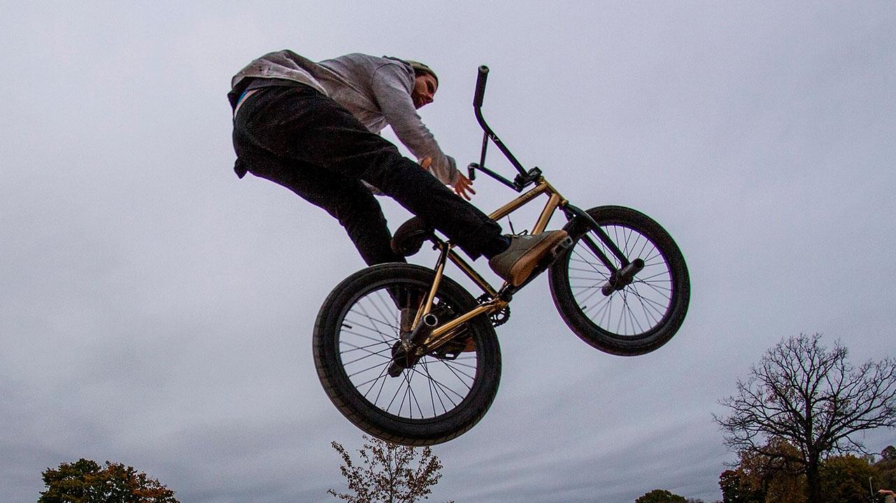 Опасные трюки на велосипеде: как в Челябинске осваивают BMX
