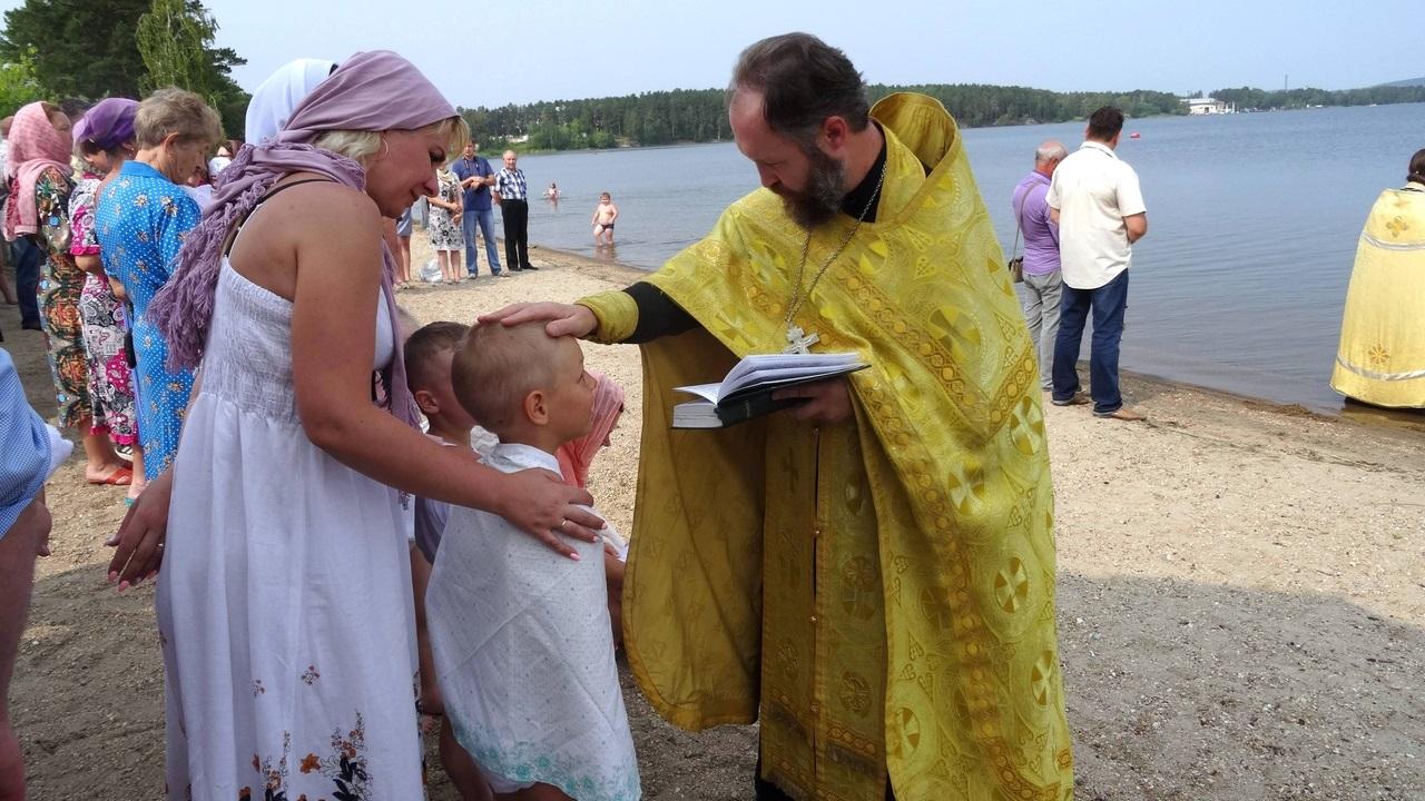 Массовое крещение на озере провели в Челябинской области