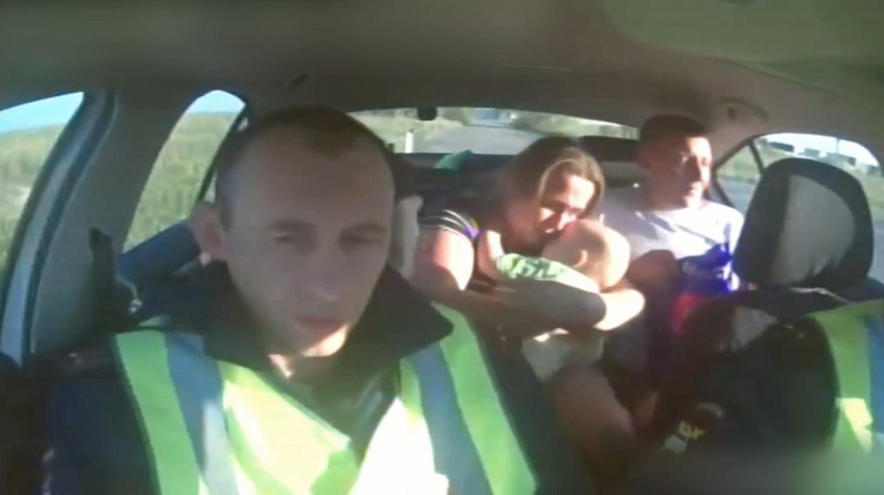 «Посинели губки». В Челябинской области сотрудники ДПС спасли младенца ВИДЕО