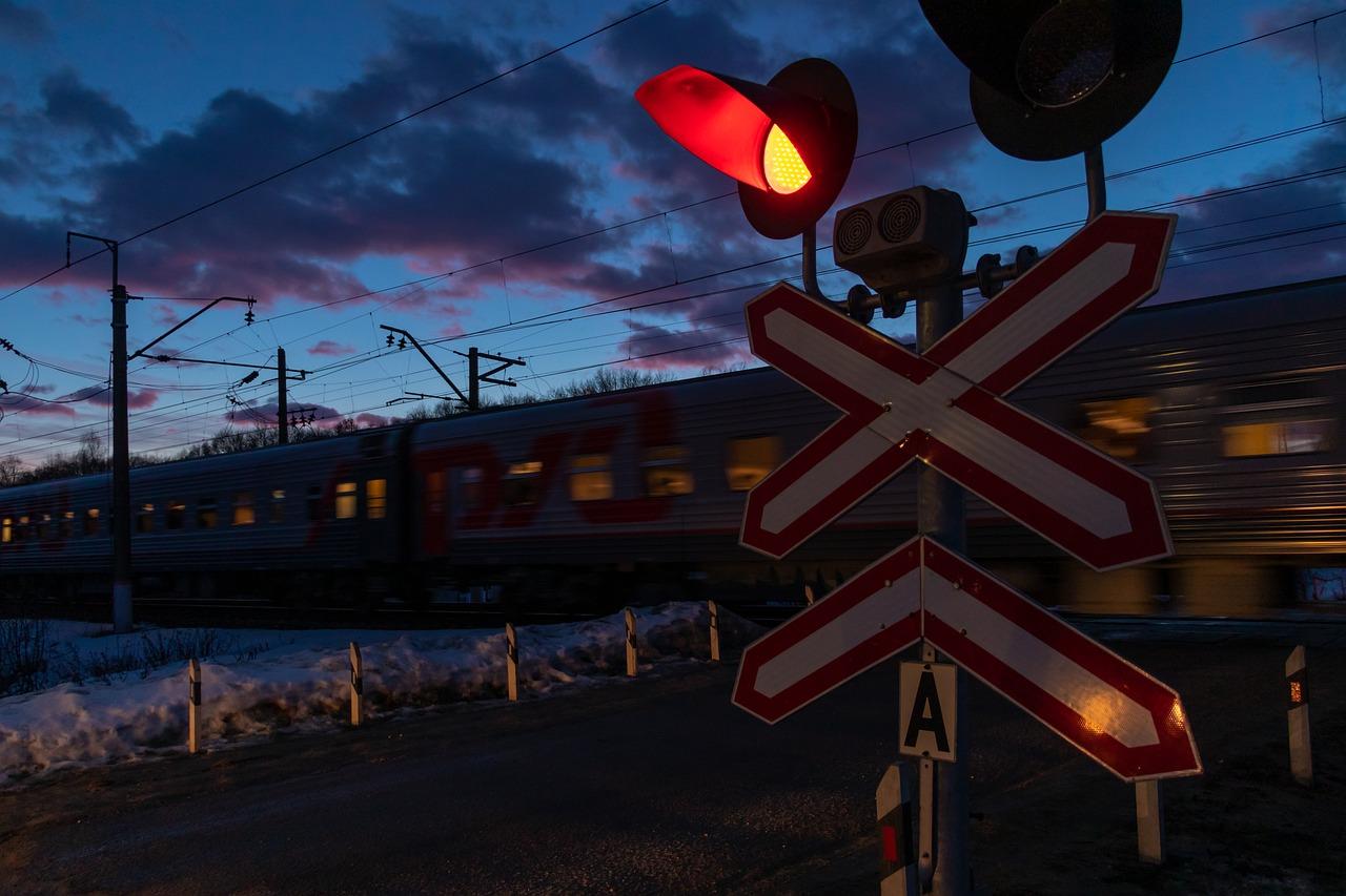 Водитель поехал на «красный»: в Челябинской области поезд протаранил машину