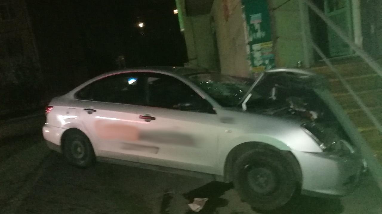 Такси врезалось в крыльцо магазина в Челябинске
