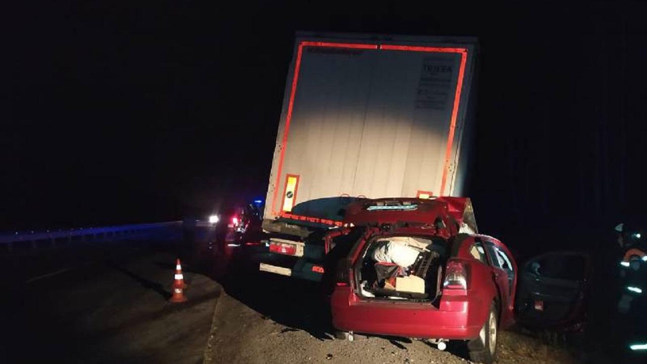 Иномарка врезалась в фуру на трассе М-5, погибли двое