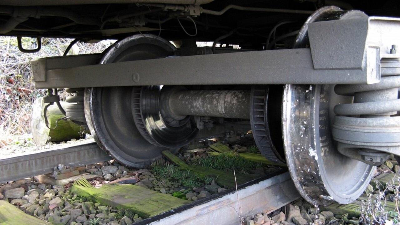Локомотив с двумя вагонами сошел с рельсов в Челябинской области