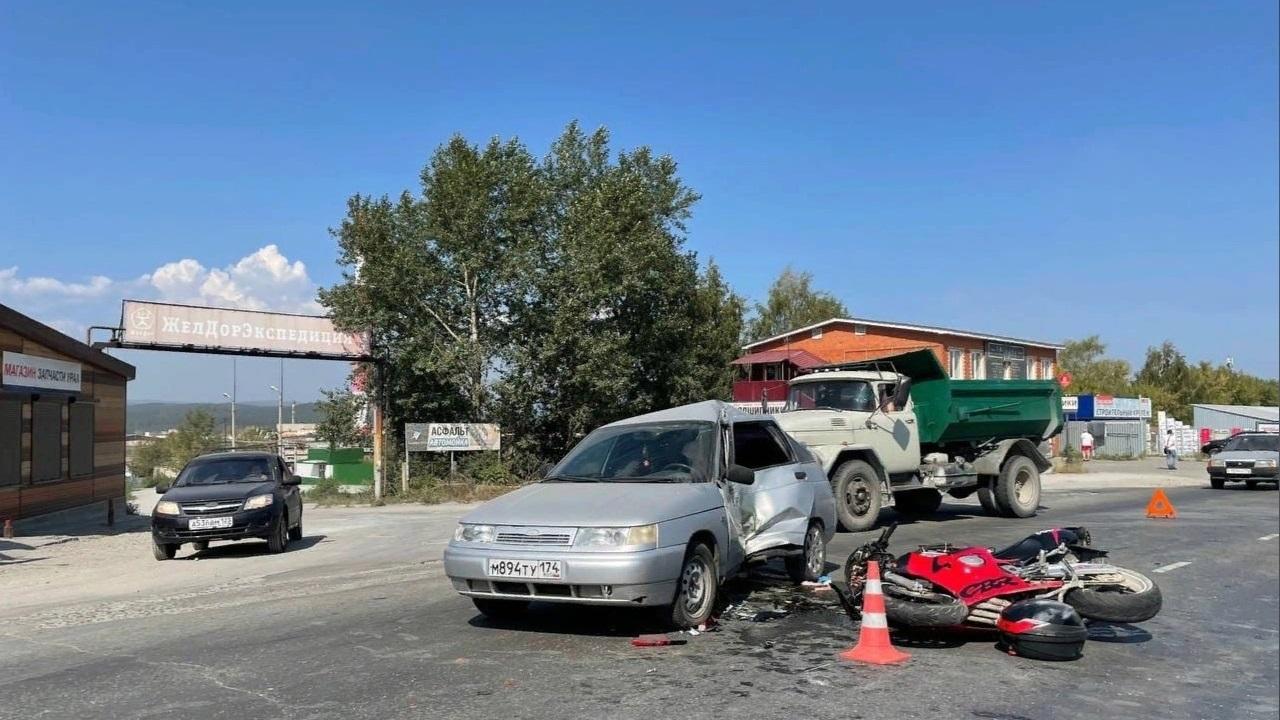 Байкер скончался: мотоцикл протаранил легковушку в Челябинской области
