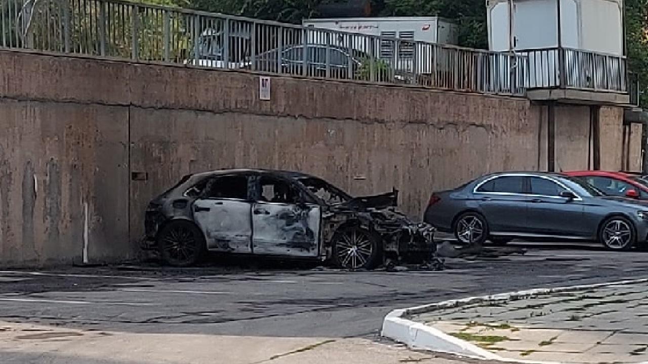 Вспыхнула внезапно: дорогая иномарка сгорела во дворе на Южном Урале ВИДЕО