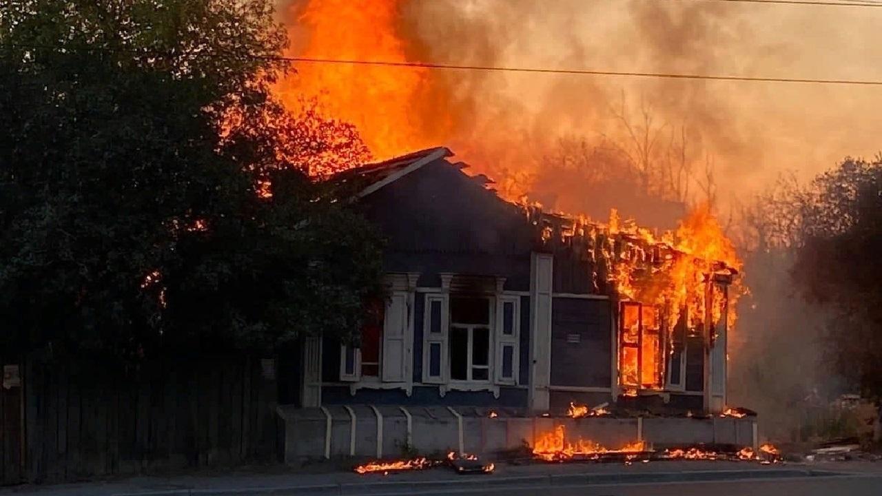 На улице Российской в Челябинске вновь горит дом ВИДЕО