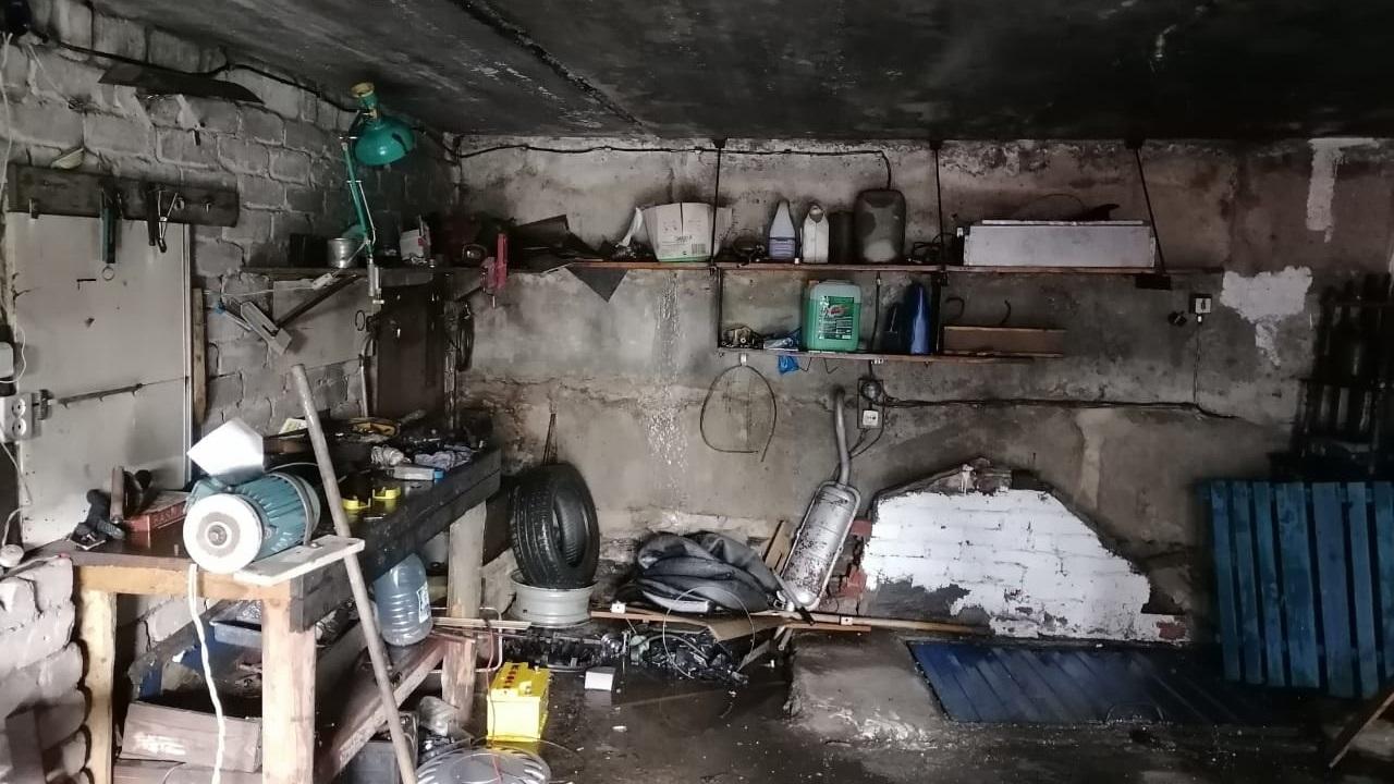 Легковушка вспыхнула в гараже на Южном Урале
