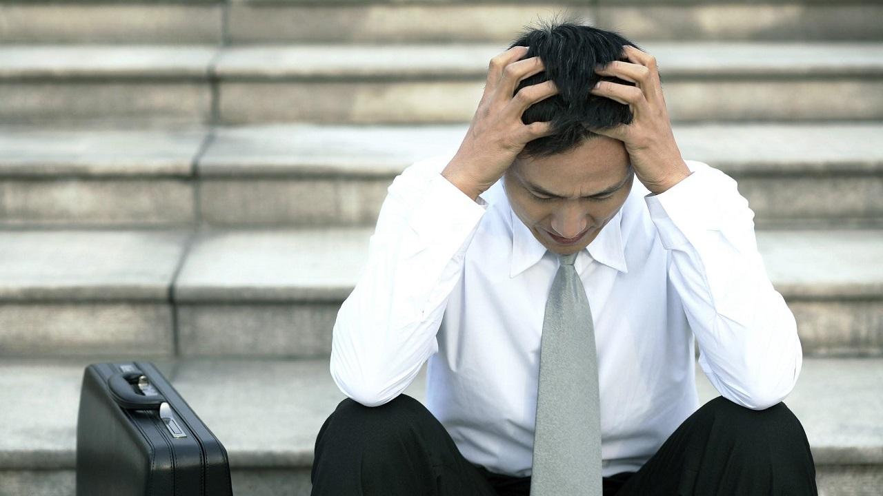 Притягивают несчастье: психологи назвали 10 качеств неудачников