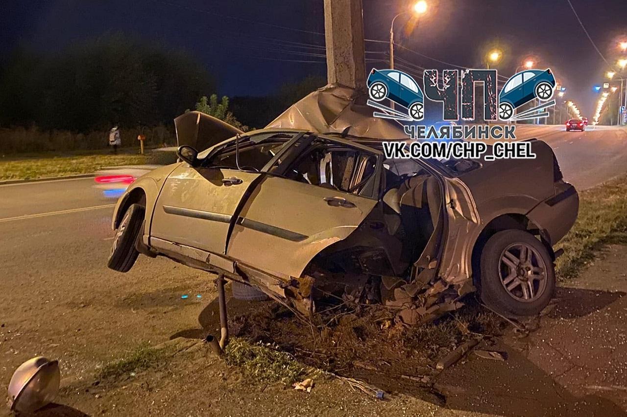 Машину разорвало на части после удара о столб в Челябинске