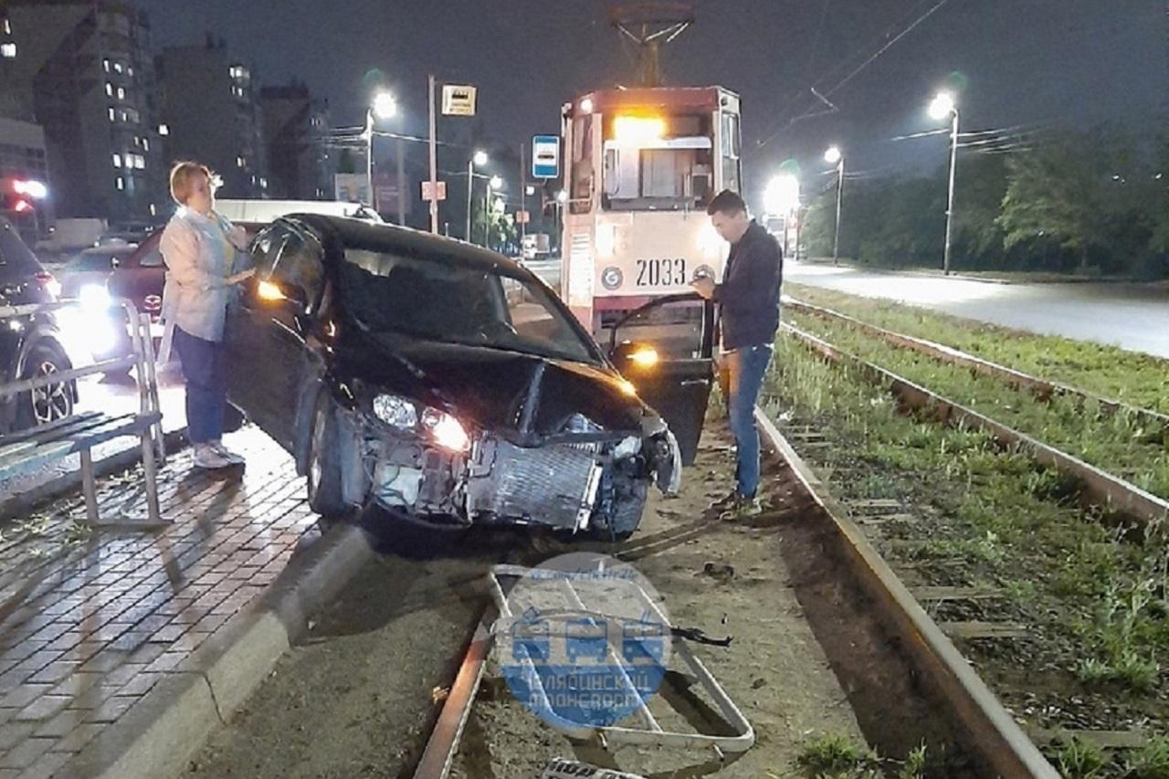 Иномарка вылетела на трамвайную остановку в Челябинске ВИДЕО