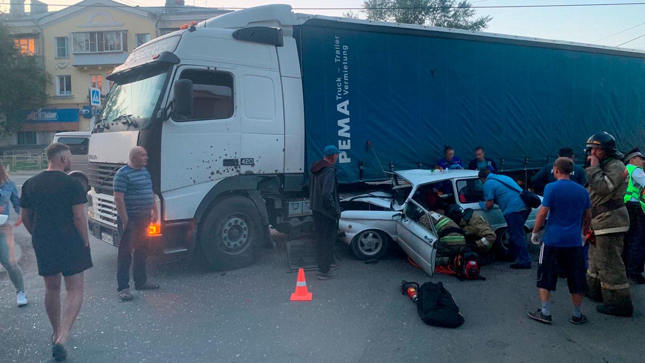 Трое подростков попали в больницу после ДТП с фурой в Челябинской области