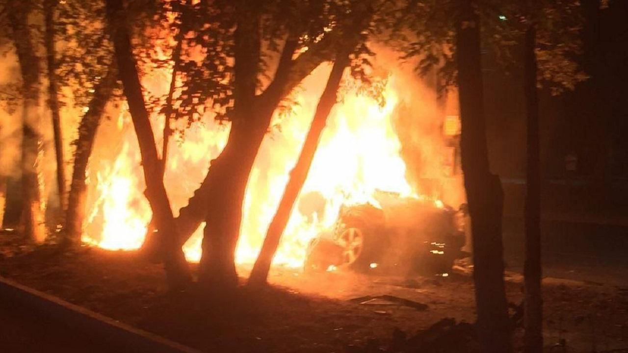 Автомобиль протаранил столб и вспыхнул в Челябинске ВИДЕО