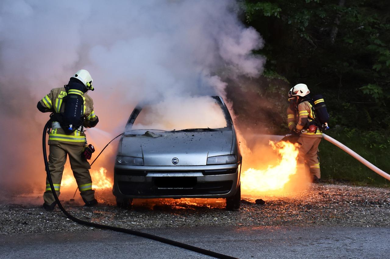 Автомобиль загорелся в Челябинске, есть пострадавший
