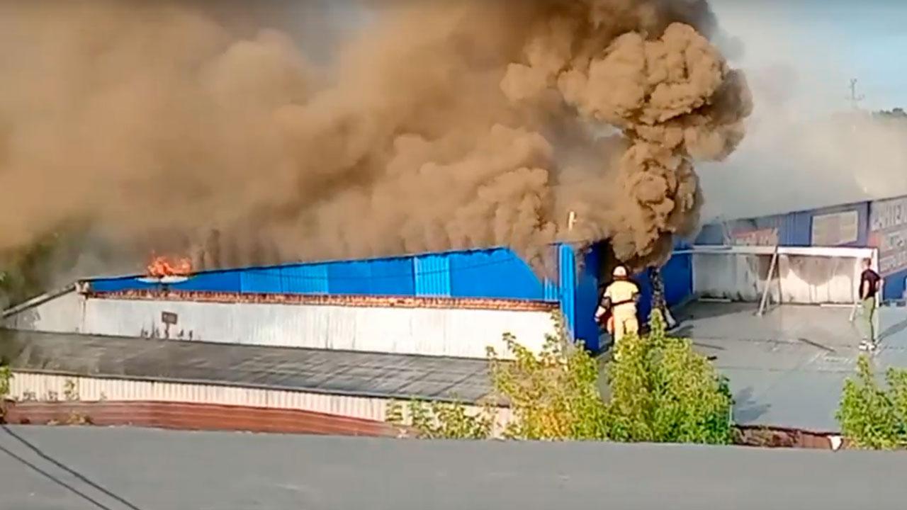 Крупный пожар тушат на рынке в Челябинской области: горит 500 кв. метров ВИДЕО