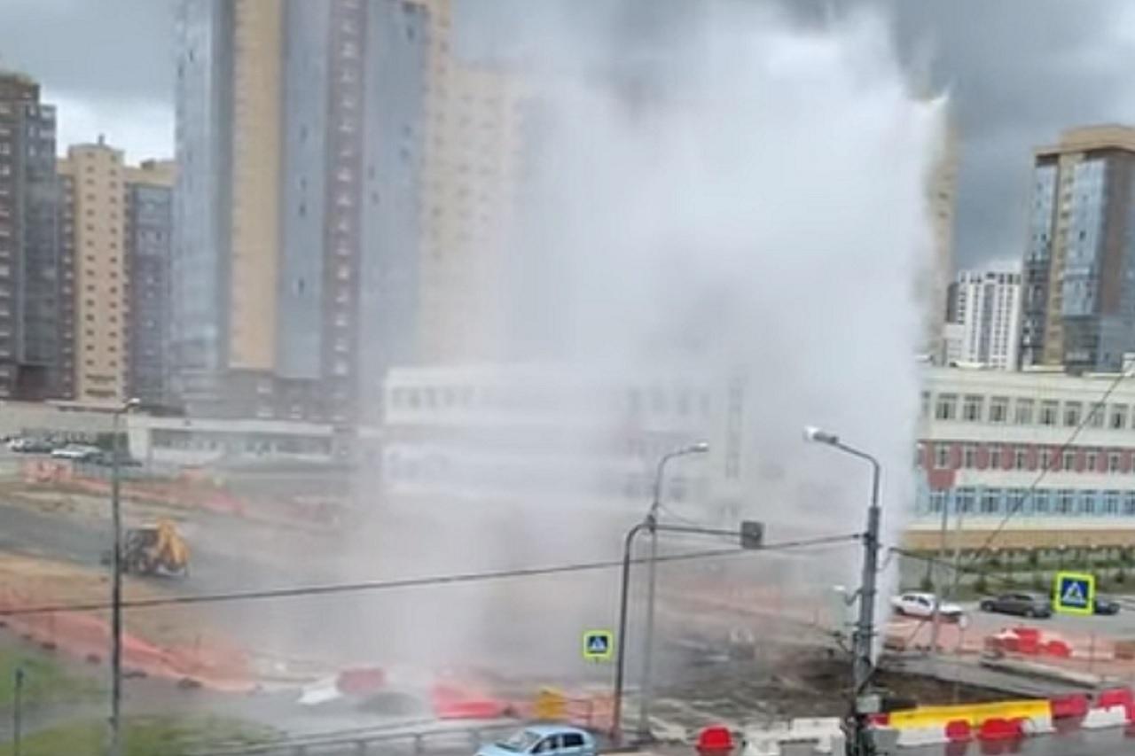 Коммунальный фонтан высотой с 10-этажный дом забил в Челябинске ВИДЕО
