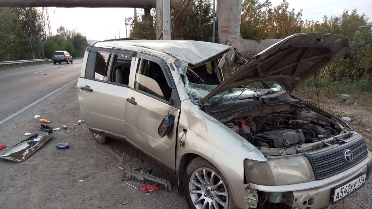 Иномарка с ребенком перевернулась на перекрестке в Челябинске, пострадали двое