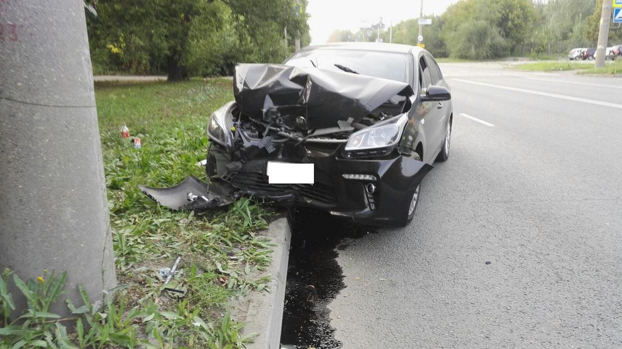 В салоне были трое детей: автомобиль в Челябинске врезался в столб