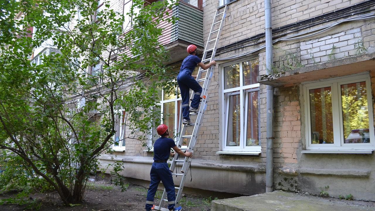 Случайно услышали крики: в Челябинске спасли пожилую женщину в запертой квартире