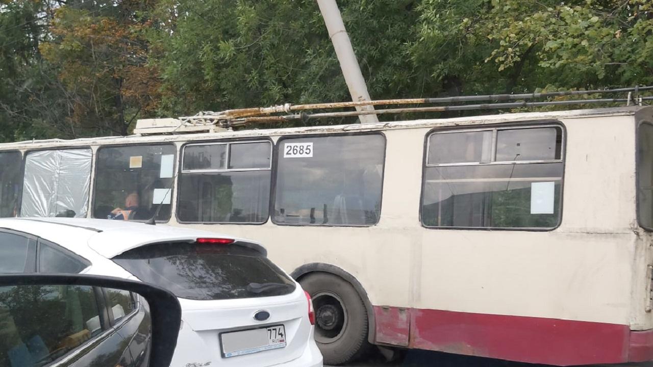 Троллейбус с пассажирами протаранил столб в Челябинске