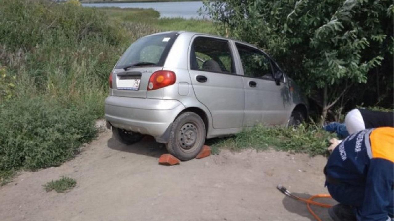 Придавило к дереву: мужчина погиб под колесами своего авто на Южном Урале