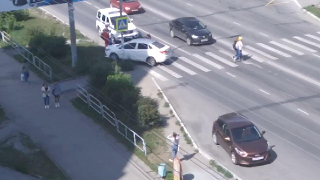 Мог сбить пешеходов: в Челябинской области автомобиль без водителя врезался в столб