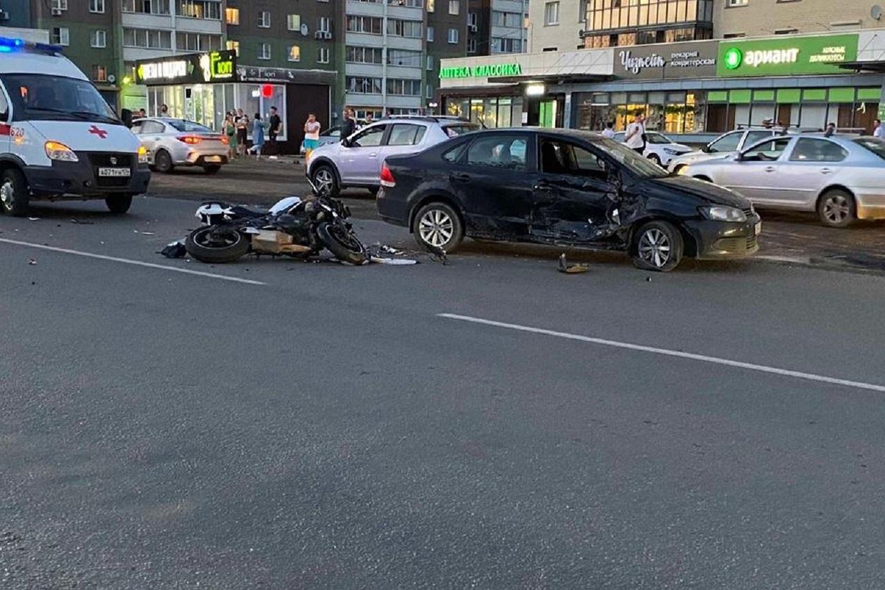 Въехал на скорости: мотоцикл протаранил иномарку в Челябинске