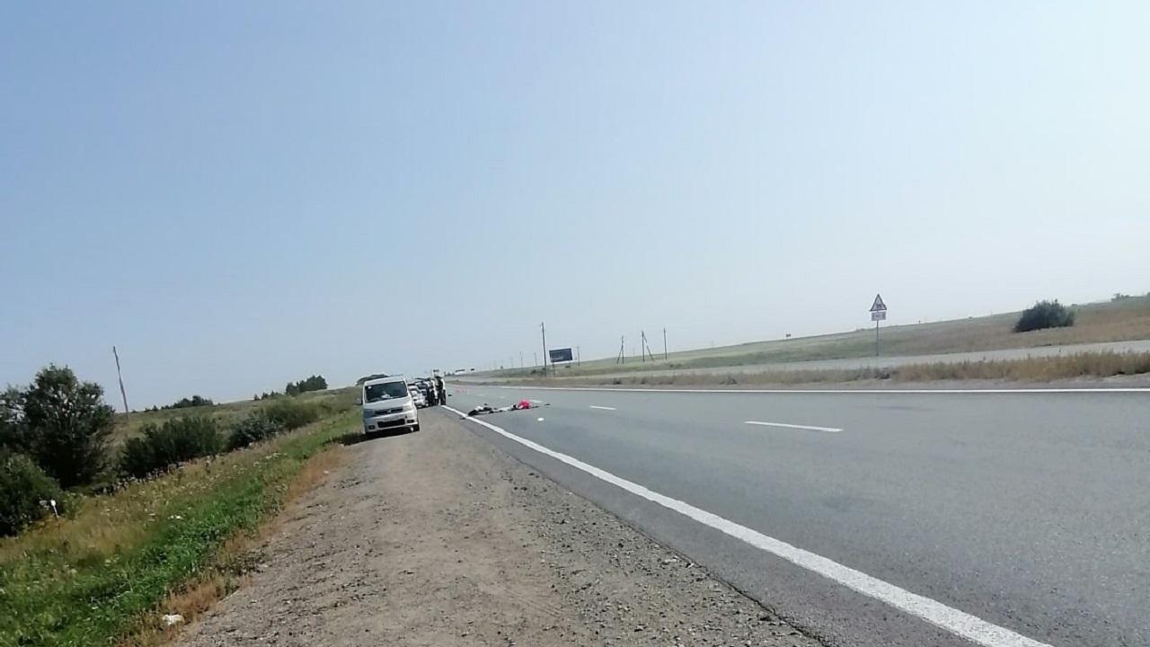 Грузовик сбил мужчину на трассе в Челябинской области