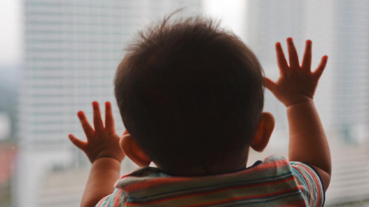 4-летний малыш чуть не выпал из окна в Челябинске, понадобилась автолестница