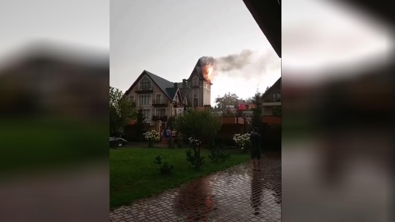 В Челябинской области после удара молнии загорелся частный дом ВИДЕО