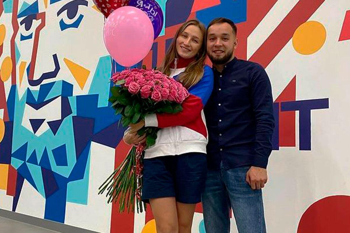 В аэропорту Челябинска сделали предложение ватерполистке, вернувшейся с Олимпиады