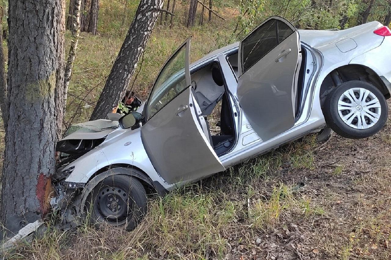 Иномарка врезалась в дерево на трассе в Челябинской области, есть раненые