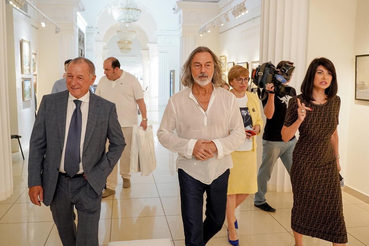 Никас Сафронов передал свою картину челябинскому музею