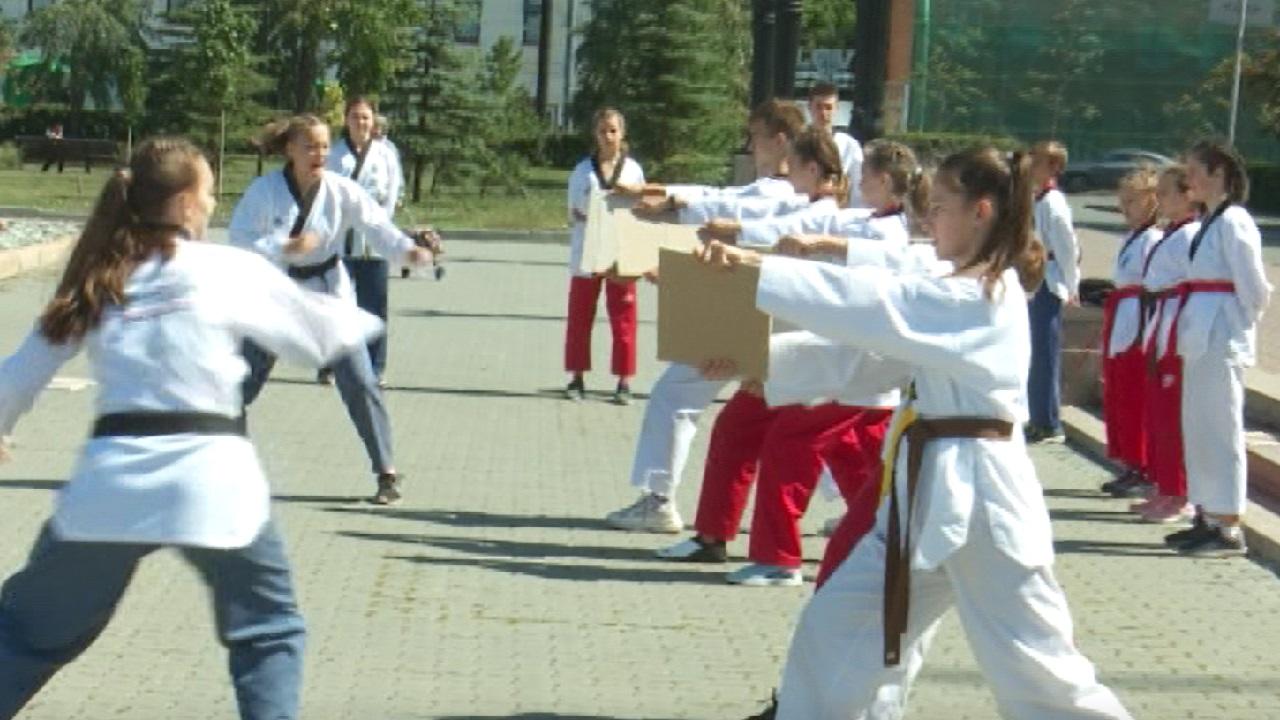 Челябинские спортсмены провели тренировки на остановках и площадях