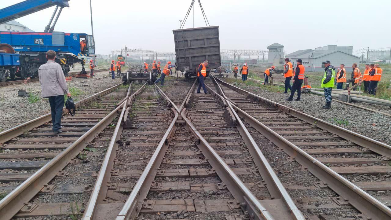 Повредили пути: 2 вагона сошли с рельсов возле вокзала в Челябинске