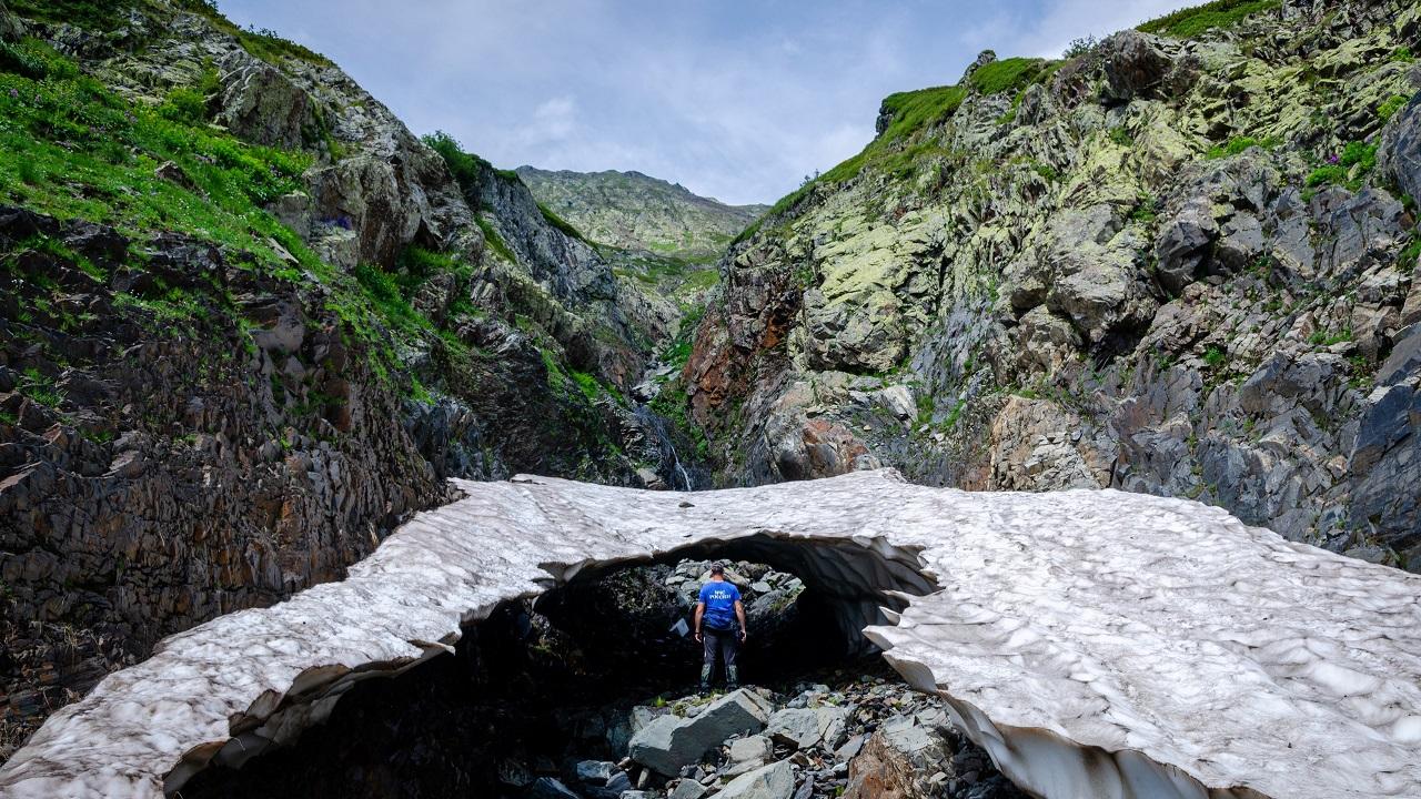 Подключили вертолеты: в горах Сочи ищут туриста из Челябинской области ВИДЕО