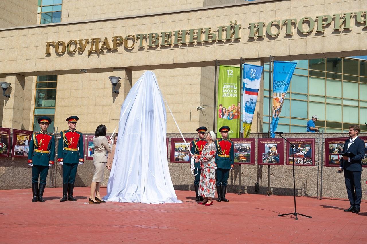 В Челябинске открыли памятник «народному губернатору» Петру Сумину