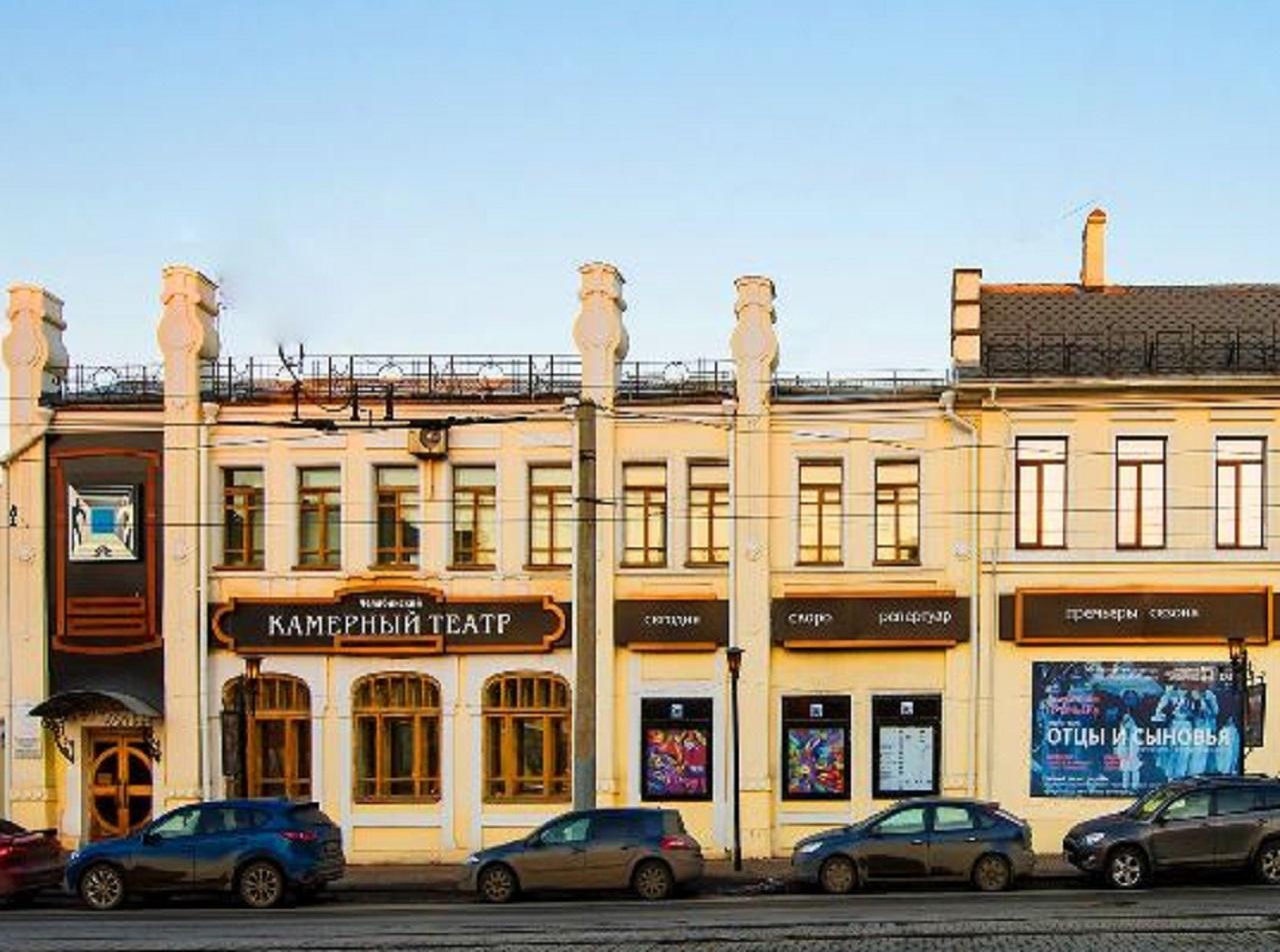 В Камерном театре Челябинска открыли выставку абстракции и пейзажей