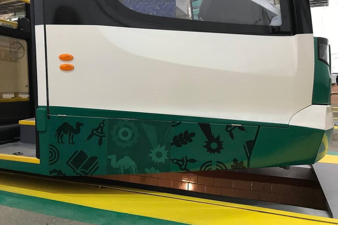 Видеонаблюдение, wi-fi и зарядка для телефона: новые трамваи прибыли в Челябинск