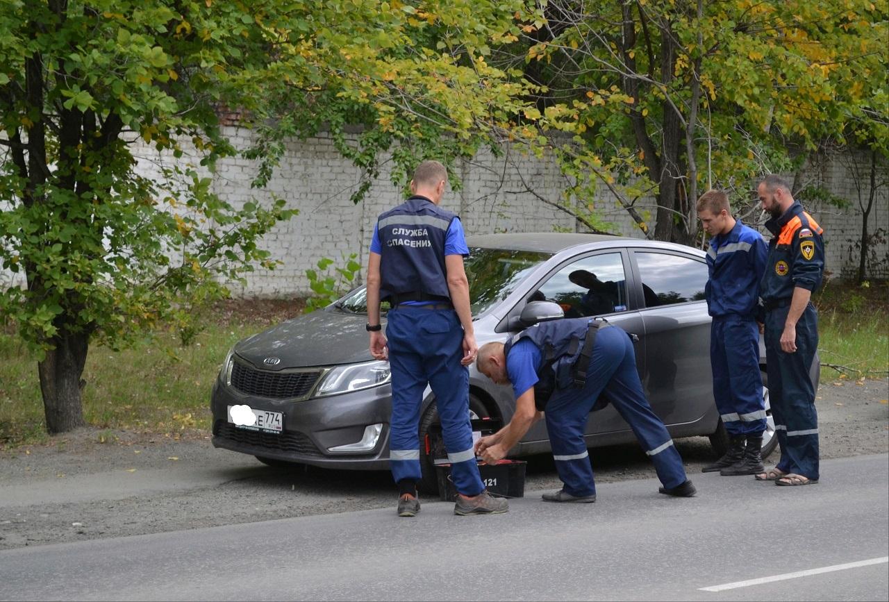Мама забыла ключи: в Челябинске маленькие дети оказались заперты в автомобиле
