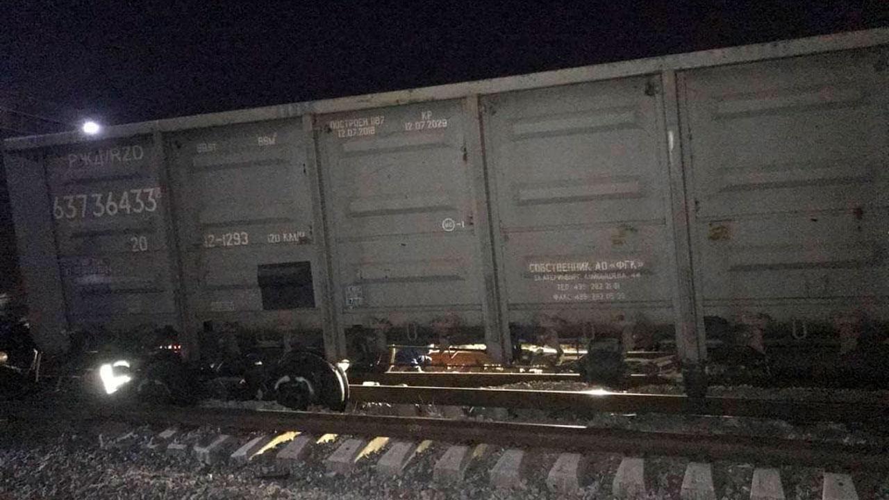 На железной дороге в Челябинске сошли с рельсов три вагона с щебнем