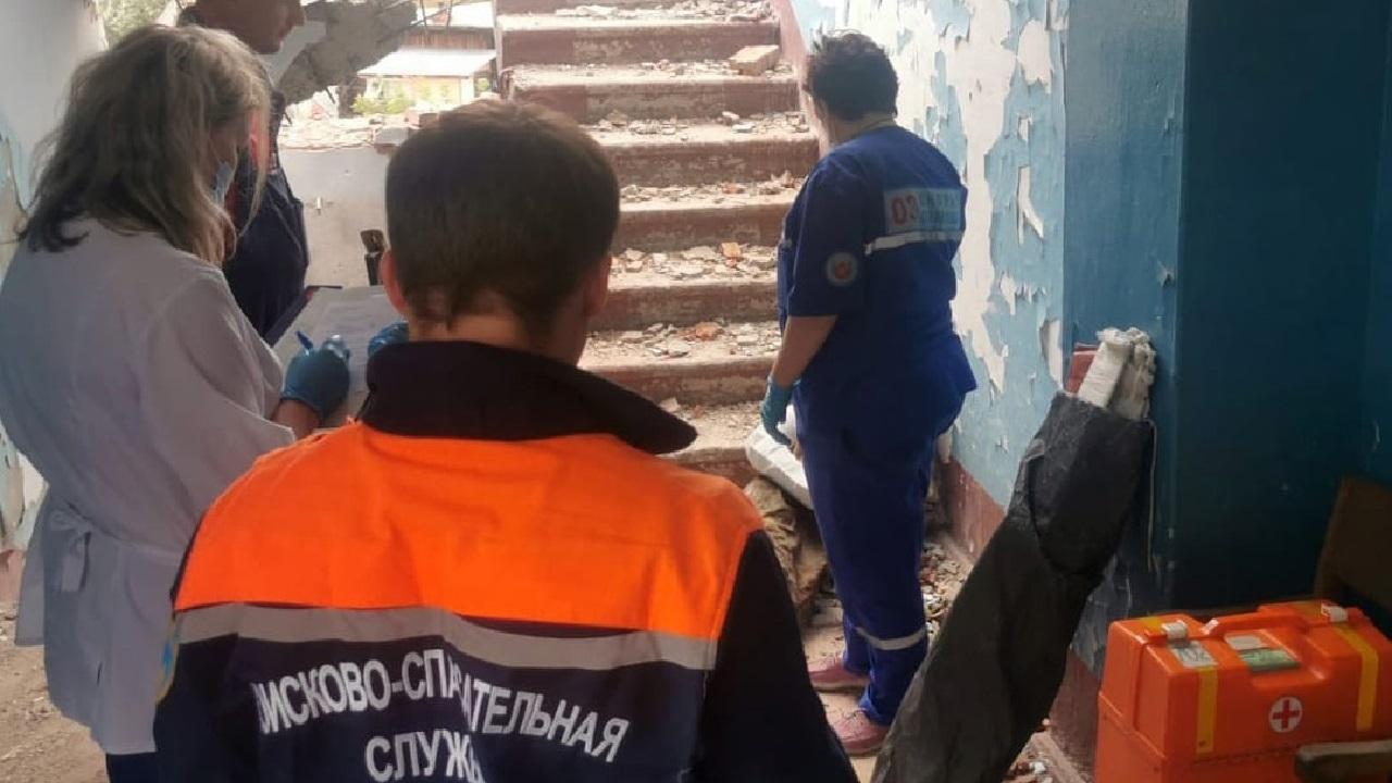 Мужчина упал в пролет заброшенного здания в Челябинской области