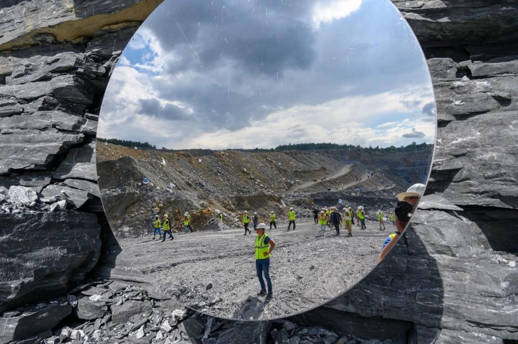 250 зеркал украсили промышленный карьер в Челябинской области