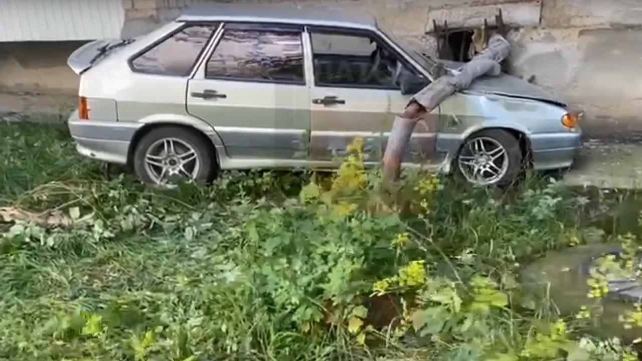 В Челябинской области автомобиль врезался в трубу и лишил воды целый дом