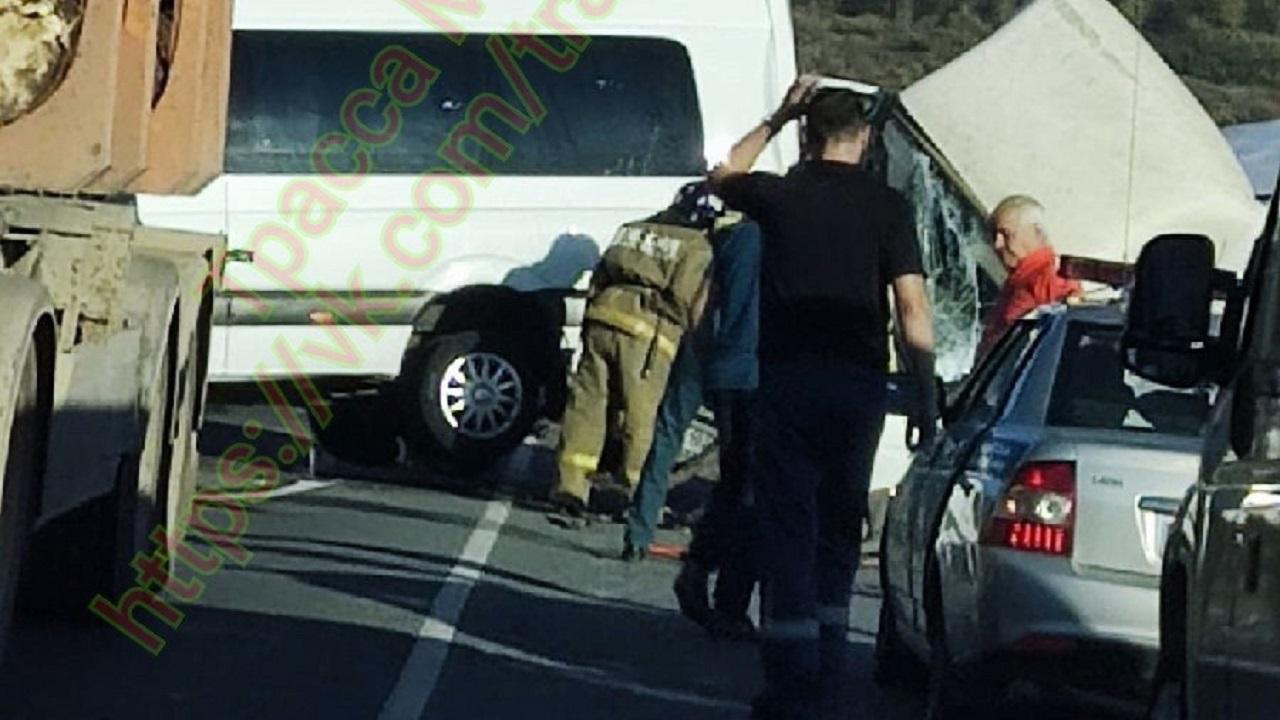 Из-за серьёзного ДТП на мосту в Челябинской области образовалась огромная пробка ФОТО