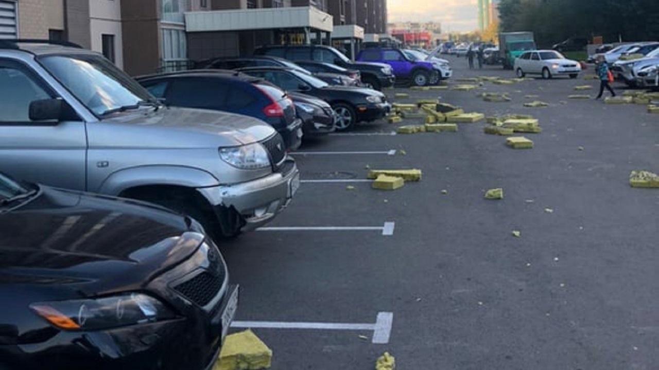 В Челябинске плиты утеплителя посыпались с многоэтажки и повредили около десятка автомобилей