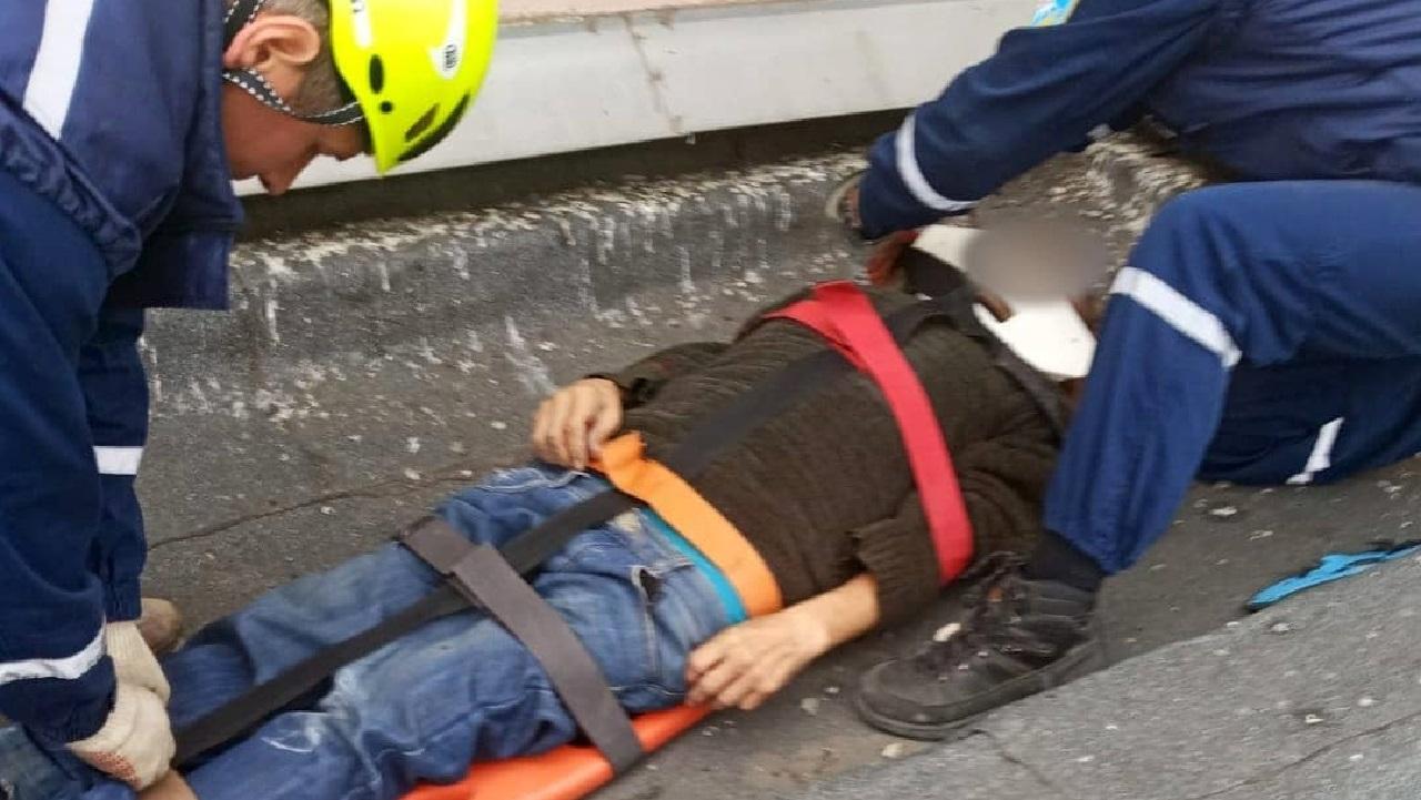 В Челябинской области мужчина выпал из окна многоэтажки и остался жив