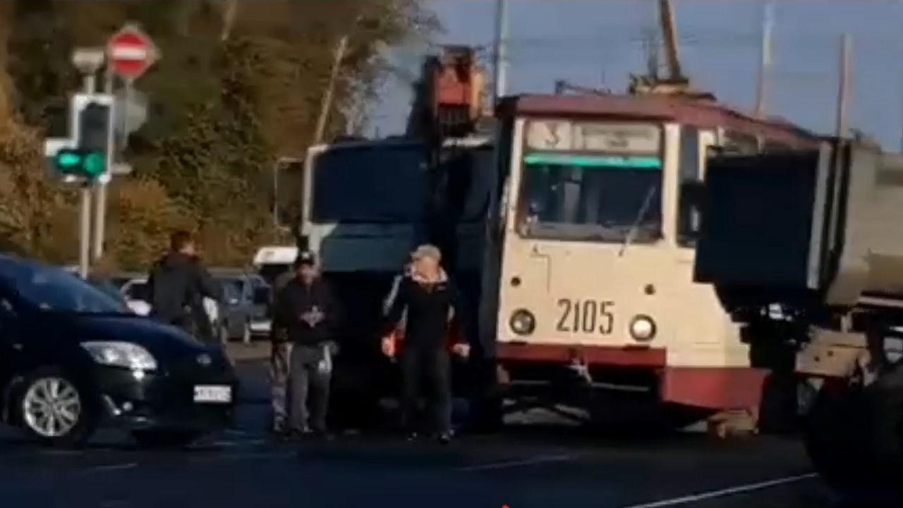 Автокран протаранил трамвай в Челябинске
