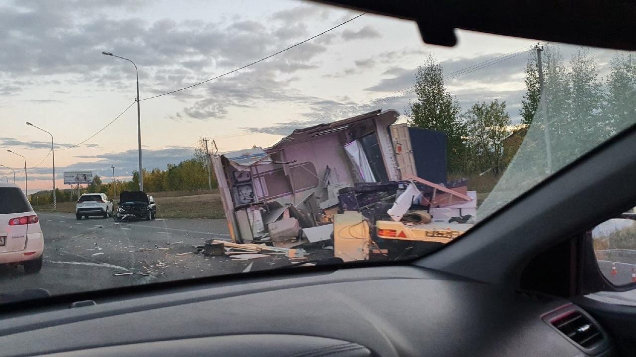 Легковушка протаранила дом на колесах в Челябинской области