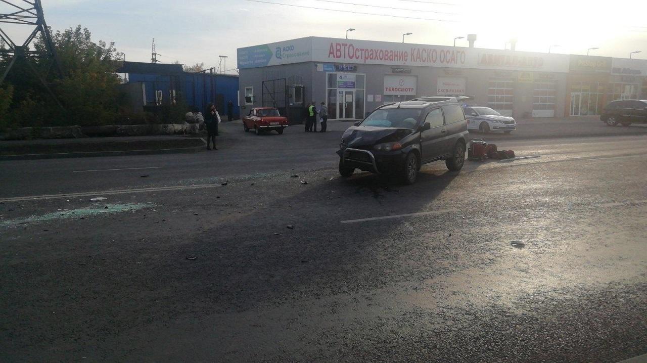В Челябинске машина после ДТП повисла на бетонном блоке