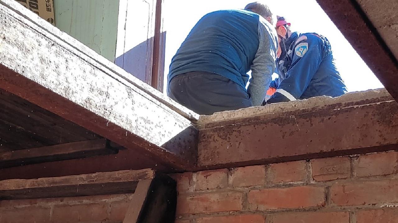 На Урале пенсионерка упала в погреб с 2-метровой высоты, понадобилась помощь спасателей